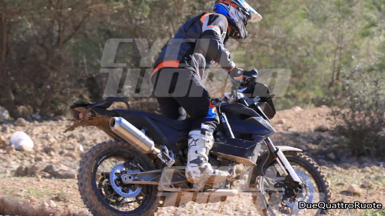 KTM 790 Adventure R przyłapany na zdjęciach. Będzie też model 390 Adventure